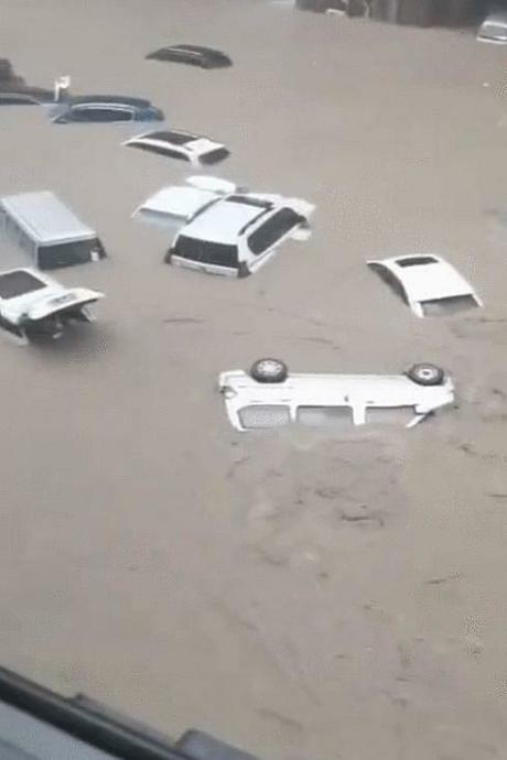 Hình ảnh kinh hoàng về trận mưa lũ 'nghìn năm có một' ở Trung Quốc