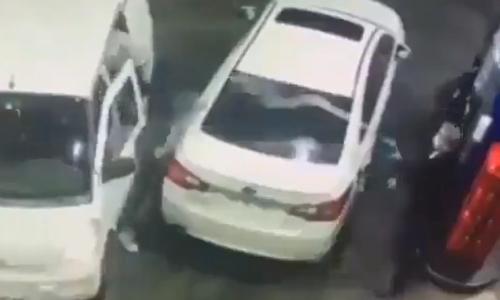 Tài xế nhanh trí rút vòi bơm xăng phun vào mặt bọn cướp