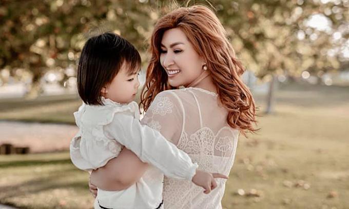Nguyễn Hồng Nhung bức xúc vì bạn trai không một lần thăm con sau chia tay
