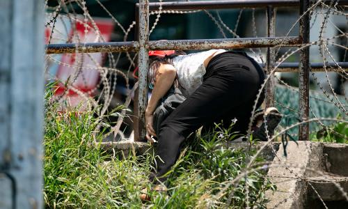 Người dân Chương Dương vượt hàng rào thép gai, ra vào mặc lệnh phong tỏa