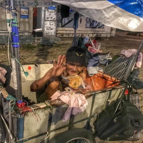 Cô gái giúp đỡ người vô gia cư mỗi đêm dịch, khóc vì lời cảm ơn ấm áp