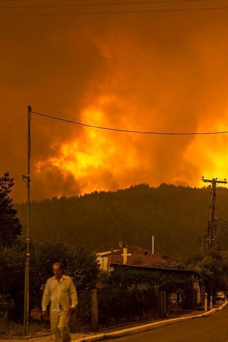 Hàng nghìn người chạy trốn khỏi cháy rừng như tận thế ở Hy Lạp
