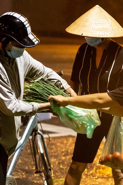 Né chốt kiểm dịch, người Hà Nội đi chợ cóc lúc 4h sáng