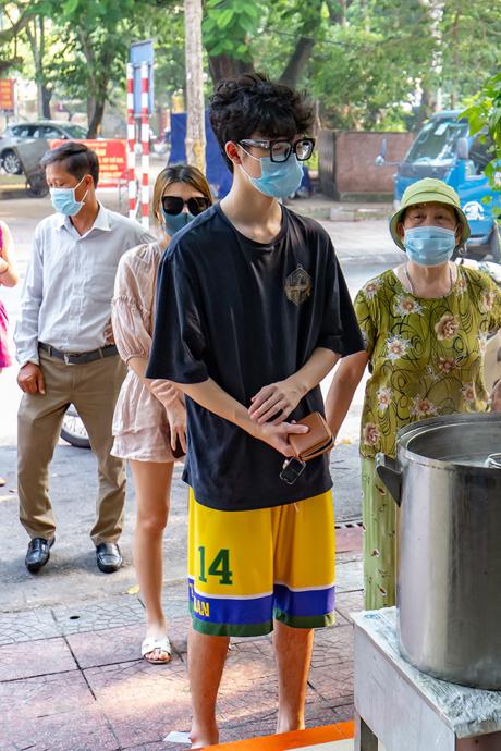 Người dân Hà Nội xếp hàng chờ mua phở