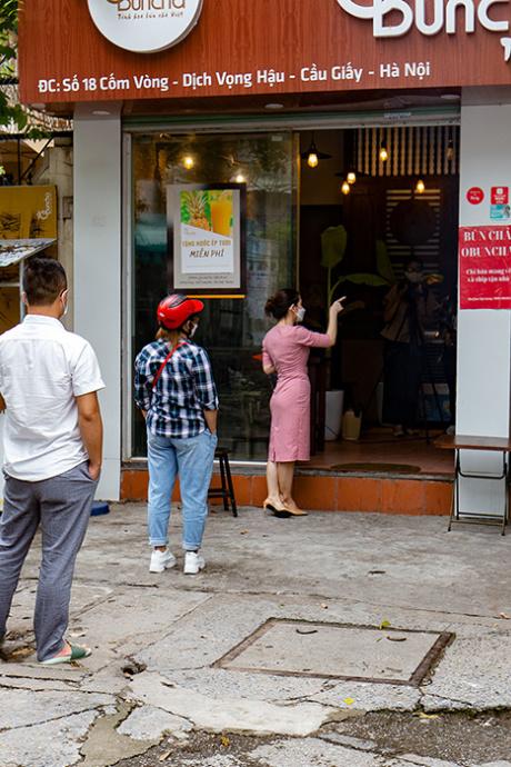 Hàng quán Hà Nội trong ngày đầu mở lại