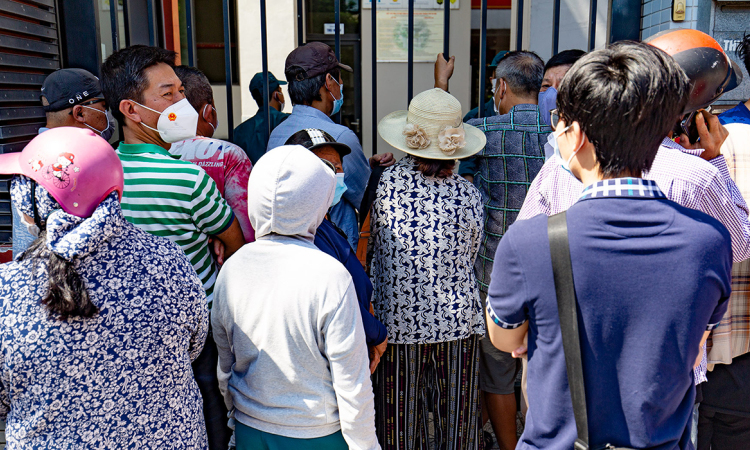 Chen chúc chờ mua bánh trung thu ở Hà Nội